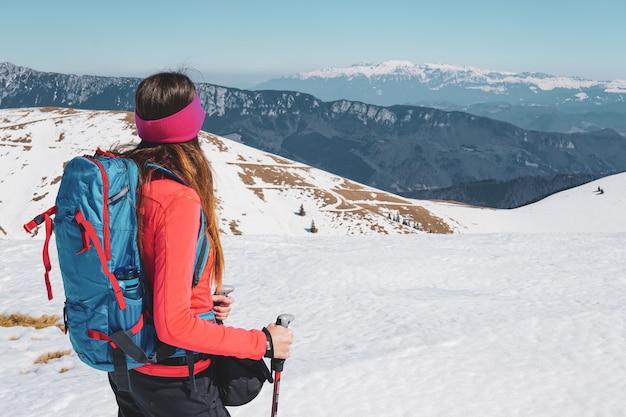 Hermosa foto de una mujer mirando las montañas de los cárpatos en rumania