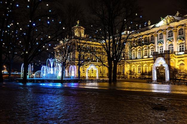 Hermosa foto nocturna palace square san petersburgo año nuevo árbol de navidad palacio de invierno