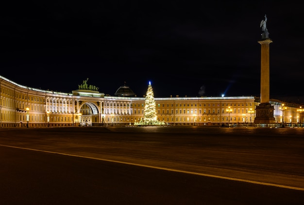 Hermosa foto nocturna palace square san petersburgo año nuevo árbol de navidad