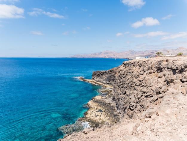 Hermosa foto de la orilla del mar de lanzarote, islas canarias en españa