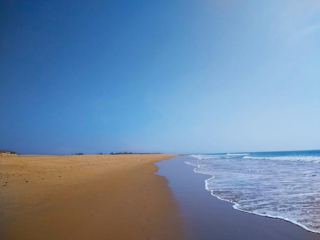 Hermosa foto de la orilla del mar durante el tiempo soleado en cádiz, españa.