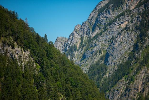 Hermosa foto de un paisaje de montaña sobre un fondo de cielo despejado
