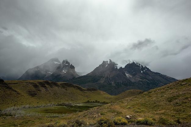 Hermosa foto de un paisaje del parque nacional torres del paine en chile