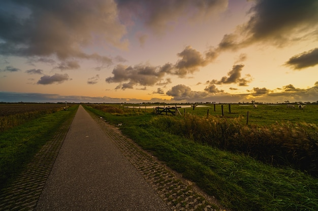 Hermosa foto de un paisaje rural al atardecer