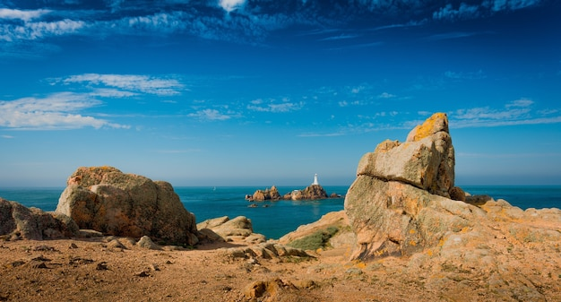 Hermosa foto panorámica de acantilados con un mar en calma