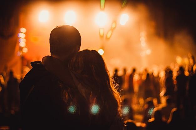 Hermosa foto de una pareja durante el concierto
