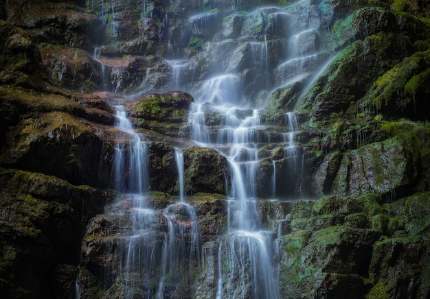 Hermosa foto de una pequeña cascada en las rocas del municipio de skrad en croacia