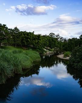 Hermosa foto de un pequeño pueblo con un río bajo un cielo nublado en brisbane, australia