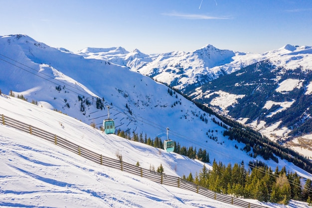 Hermosa foto de un teleférico en altas montañas nevadas
