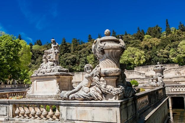 Una hermosa fuente en el jardin de la fontaine en nimes, francia