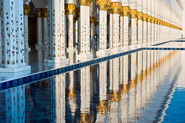 Hermosa galería de la famosa mezquita blanca sheikh zayed en abu dhabi, emiratos árabes unidos. reflexiones