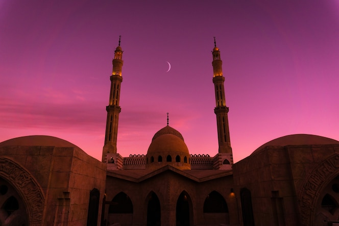 hermosa gran mezquita islámica en el cielo del atardecer