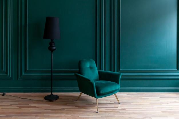 Hermosa habitación interior verde azul clásica de lujo en estilo clásico con sillón verde