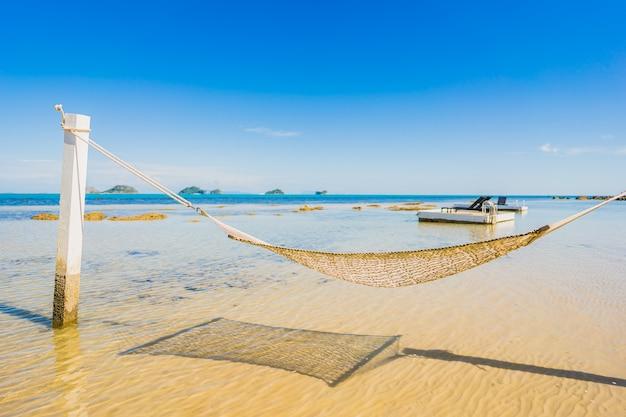 Hermosa hamaca vacía alrededor de playa tropical mar océano para vacaciones