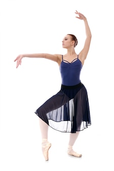 Hermosa y hermosa bailarina en pose de ballet