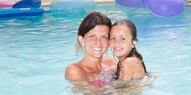 Hermosa hija con linda madre songle en casa piscina privada