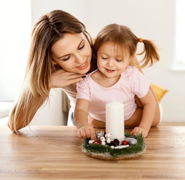 Hermosa hija y madre pasar tiempo juntos