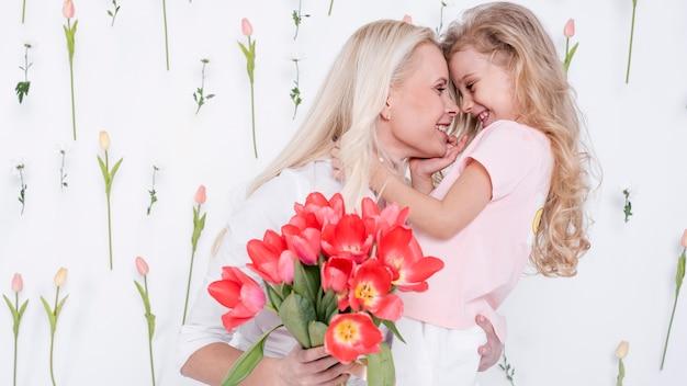 Hermosa hija y madre vista frontal