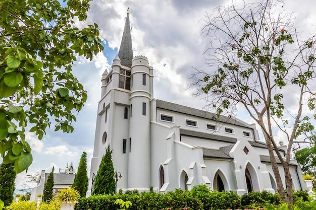 Hermosa iglesia blanca en medio del valle y la naturaleza.
