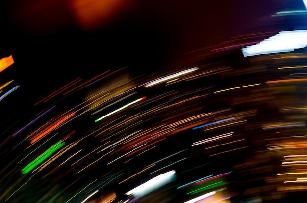 Hermosa iluminación de noche futurista línea led edificio abstracto
