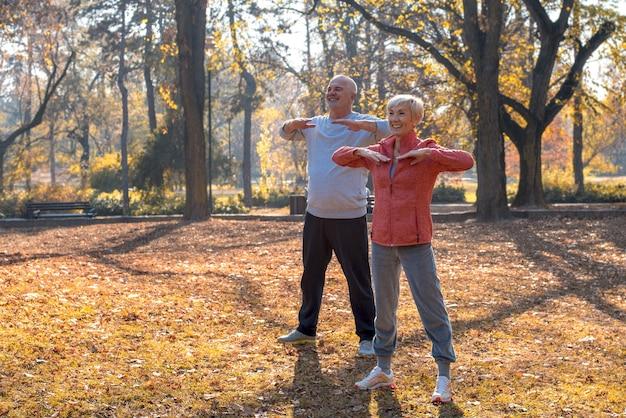 Hermosa imagen de los ancianos haciendo ejercicio en el parque
