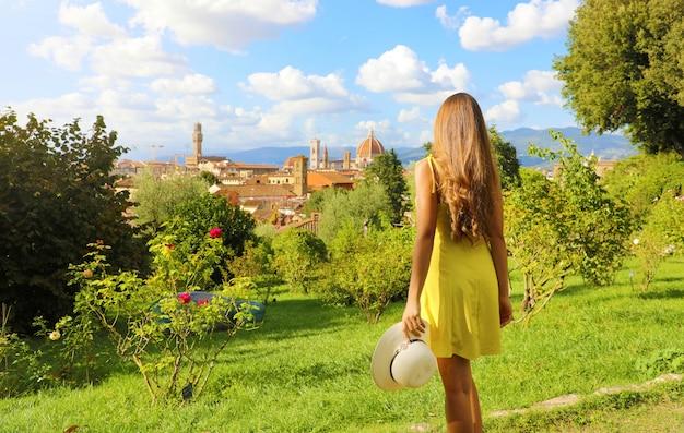 Hermosa imagen de una joven descubriendo florencia, la cuna del renacimiento en italia.