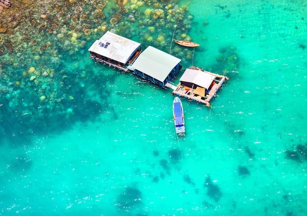 Hermosa isla tropical con agua azul clara y piedras de granito. costa del océano y barcos. vista superior.