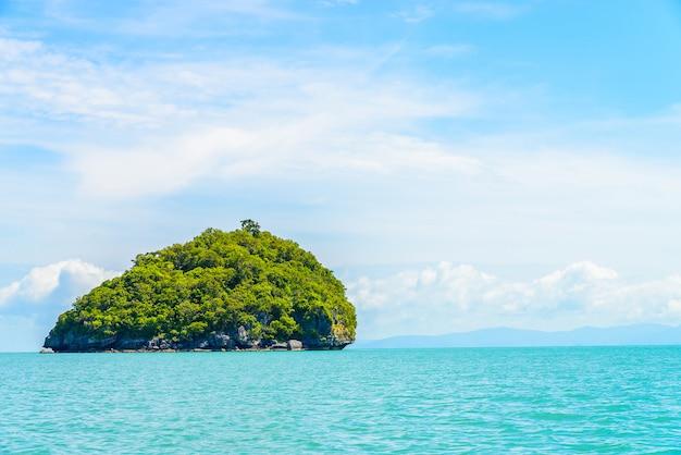 Hermosa isla tropical y el mar en tailandia