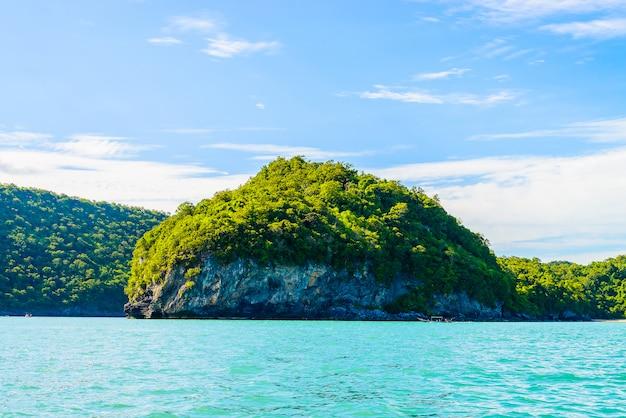 Hermosa isla tropical, playa, mar y océano.