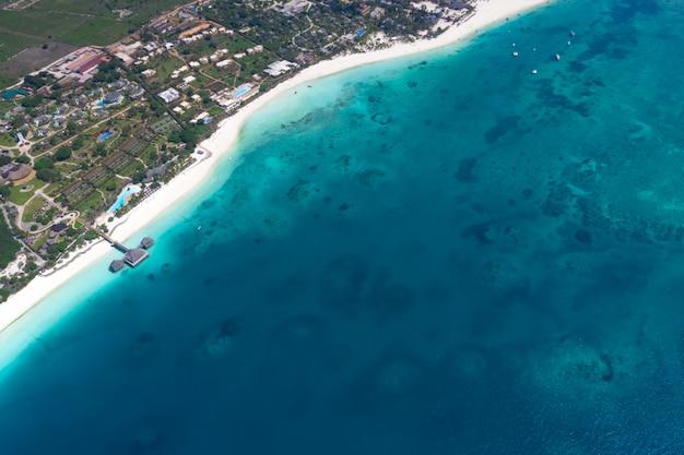 La hermosa isla tropical de zanzíbar vista aérea. mar en la playa de zanzíbar, tanzania.