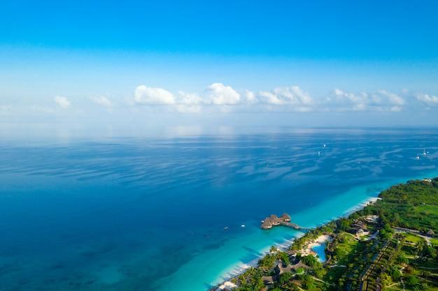 Hermosa isla tropical de zanzíbar vista aérea.