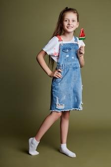 Hermosa joven adolescente sonriente con lollipop