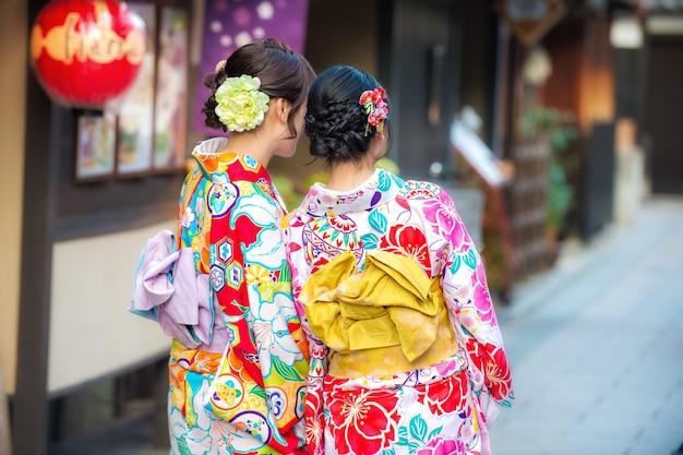 Hermosa joven adolescente vistiendo kimono japonés tradicional