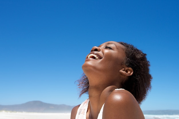 Hermosa joven africana riendo al aire libre