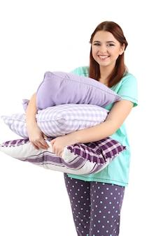 Hermosa joven con almohadas aislado en blanco