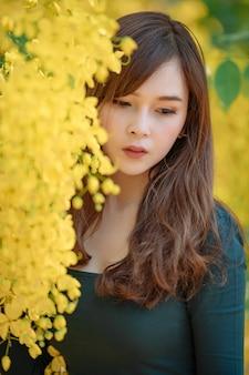 Hermosa joven asiática al aire libre en un bosque.