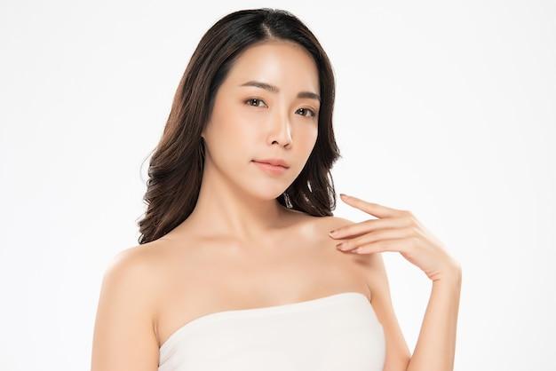 Hermosa joven asiática mano tocando el hombro