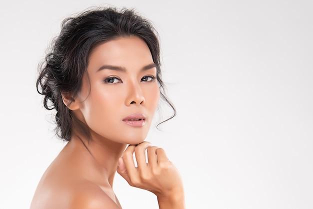 Hermosa joven asiática con piel limpia y fresca. cuidado facial, tratamiento facial, concepto de belleza y cosmética.