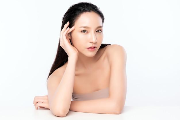 Hermosa joven asiática con piel limpia y fresca, cuidado facial, tratamiento facial. cosmetología, belleza y spa.
