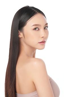 Hermosa joven asiática con piel limpia y fresca, cuidado facial, tratamiento facial, cosmetología, concepto de belleza, retrato de mujeres asiáticas.