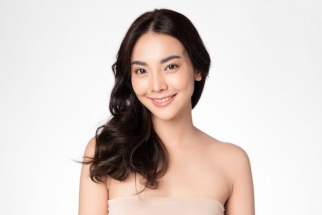 Hermosa joven asiática con piel limpia y fresca en la pared blanca, cuidado facial, tratamiento facial, cosmetología, belleza y spa, retrato de mujeres asiáticas
