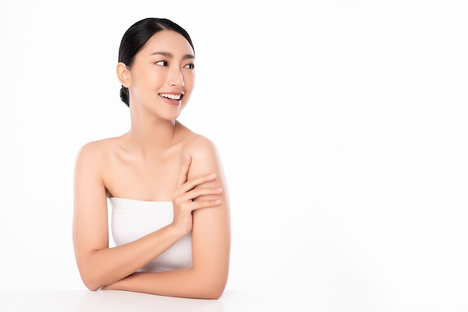 Hermosa joven asiática con piel limpia y fresca sobre fondo blanco, cuidado facial, tratamiento facial, cosmetología, belleza y spa, retrato de mujeres asiáticas.