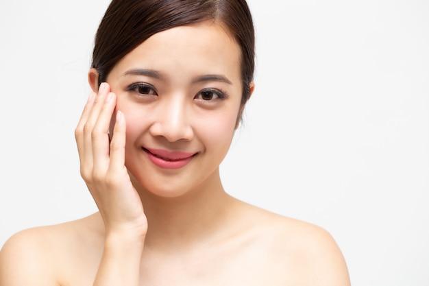 Hermosa joven asiática con piel limpia y fresca, tratamiento facial y cosmetología, concepto de belleza y spa