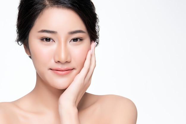 Hermosa joven asiática con piel limpia y fresca,