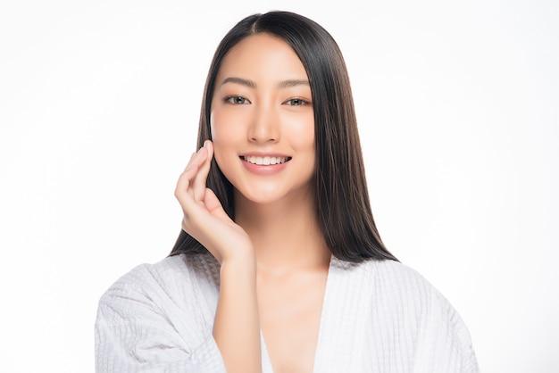 Hermosa joven asiática con piel limpia y fresca
