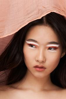 Hermosa joven asiática posando en ropa elegante