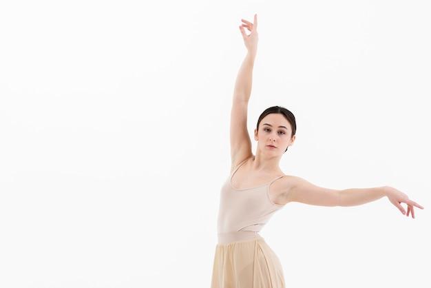 Hermosa joven bailando con gracia