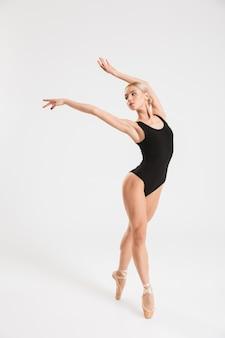 Hermosa joven bailarina bailando