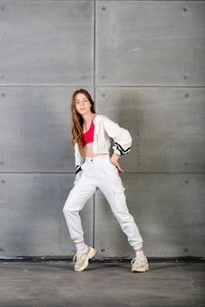 Hermosa joven bailarina posando sobre un fondo de estudio
