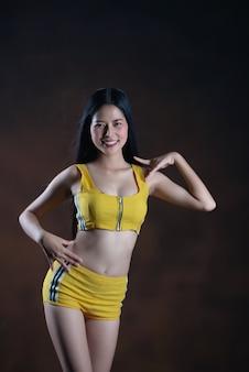 Hermosa joven bailarina posando